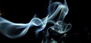 palenie-marihuany-dym-bialy-dym-rzy-paleniu-thc